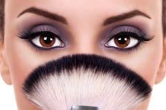 Den härliga kvinnan synar makeup Royaltyfri Fotografi