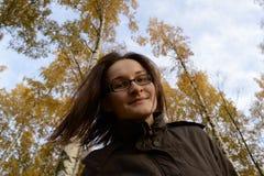 Den härliga kvinnan tycker om hösten som strömmar hennes hår Kvinnan är walkien Arkivfoton