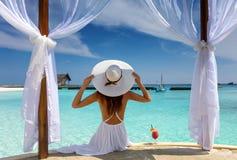Den härliga kvinnan tycker om hennes sommarferie i vändkretsarna royaltyfri bild