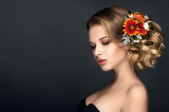Den härliga kvinnaståenden med höst blommar i hår Arkivfoton