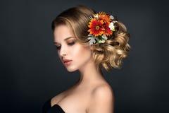 Den härliga kvinnaståenden med höst blommar i hår Royaltyfri Bild
