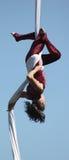 Den härliga kvinnliga akrobaten utför på silke royaltyfri fotografi