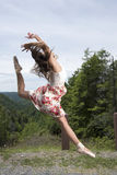 Den härliga kvinnliga ballerina eller dansaren hoppar utomhus Royaltyfri Bild