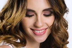 Den härliga kvinnliga modellen med brunt hår och brunt synar Arkivbild