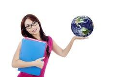 Den härliga kvinnliga studenten rymmer jordklotet isolerat på vit arkivbilder