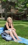 Den härliga kvinnliga studenten studerar utanför Arkivbilder