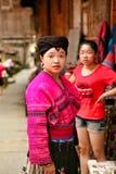 Den härliga långhåriga flickan av det Yao folket poserar för ett foto royaltyfri bild