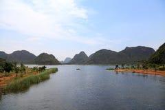 Den härliga lakeviewen i puzheheilänet, yunnan, porslin Royaltyfri Bild