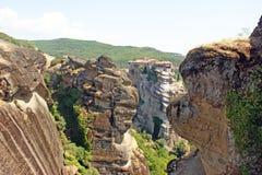 Den härliga landskapsikten av de fantastiska bergen och vaggar i Meteora, Grekland royaltyfria bilder