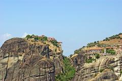 Den härliga landskapsikten av de fantastiska bergen och vaggar i Meteora, Grekland royaltyfria foton