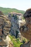 Den härliga landskapsikten av de fantastiska klosterna på överkanten av berg och vaggar i Meteora, Grekland arkivfoto