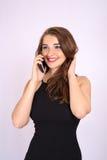Den härliga le affärskvinnan har en sinnesrörelse som talar på telefonen royaltyfria foton