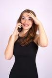 Den härliga le affärskvinnan har en sinnesrörelse som talar på telefonen fotografering för bildbyråer