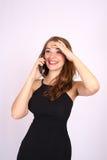 Den härliga le affärskvinnan har en sinnesrörelse som talar på telefonen arkivfoto