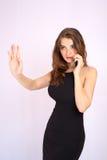 Den härliga le affärskvinnan har en sinnesrörelse som talar på telefonen royaltyfria bilder