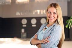 Den härliga le ståenden för affärskvinna Le den kvinnliga receptionisten Royaltyfria Foton