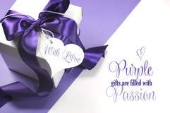 Den härliga lila- och vitgåvaasken med prövkopian smsar royaltyfria foton