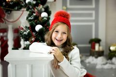 Den härliga lilla flickan firar jul Ferier för ` s för nytt år Lycklig flicka i en juldräkt med gåvan Royaltyfria Bilder
