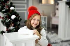 Den härliga lilla flickan firar jul Ferier för ` s för nytt år Lycklig flicka i en juldräkt med gåvan Arkivfoton