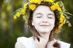 Den härliga lilla flickan som är utomhus-, färgbukettblommor, den ljusa soliga sommardagen, parkerar ängen som ler lyckligt tycka Arkivbild