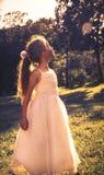 Den härliga lilla flickan som bär den felika dräkten, tycker om sommar Royaltyfria Foton