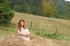 Den härliga lilla flickan tycker om naturen Arkivfoton