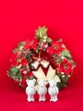 Den härliga lilla murbrukbjörnen önskar glad jul Royaltyfria Bilder