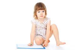 Den härliga liten flicka tecknar blyertspennan royaltyfria bilder