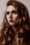 Den härliga ljust rödbrun unga kvinnan med lyxig hårstil och mode kommenterar makeup Sexig modell för skönhetcloseup med rött hår royaltyfria bilder