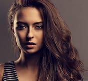 Den härliga lugna kvinnan med näck dagmakeup och effekt synar - krön, royaltyfria foton