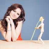 Den härliga lyckliga kvinnan mottog tulpanblomman från abstrakt pojkvän Arkivfoton