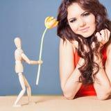 Den härliga lyckliga kvinnan mottog tulpanblomman från abstrakt pojkvän Arkivfoto