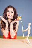 Den härliga lyckliga kvinnan mottog tulpanblomman från abstrakt pojkvän Royaltyfri Foto