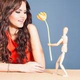 Den härliga lyckliga kvinnan mottog tulpanblomman från abstrakt pojkvän Arkivbilder