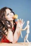 Den härliga lyckliga kvinnan mottog tulpanblomman från abstrakt pojkvän Royaltyfria Bilder