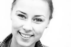 Den härliga lyckliga kvinnan vänder mot Arkivfoton