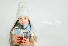 Den härliga lyckliga le vinterflickan med te rånar Skratta flicka Fotografering för Bildbyråer