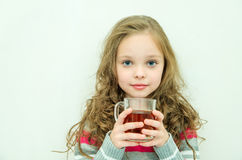 Den härliga lyckliga le vinterflickan med te rånar Skratta flicka Royaltyfri Bild