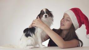Den härliga lyckliga tonårs- flickan i en Santa Claus hatt förvånas och tycker om denväntade på gåvan - dog den kontinentala leks arkivfilmer
