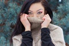 Den härliga lyckliga unga kvinnan bar en hög halströja, i skogen i vinter arkivfoton