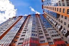 Den härliga mång--våningen byggnaden riktade i en höjd mot Arkivfoton