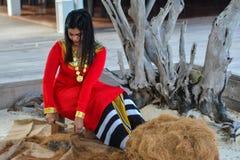 Den härliga maldivian kvinnan i nationell klänningdanande ropes arkivbilder