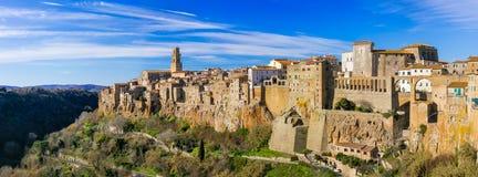Den härliga medeltida staden Pitigliano på tuff vaggar i Tuscany, det royaltyfria bilder