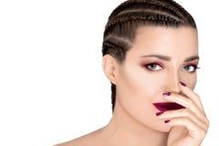Den härliga modekvinnan med flätat hår, malva steg läppstift, spikar och ögonskugga Sk?nhet och makeupbegrepp arkivbilder