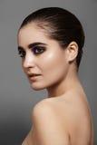Den härliga modellen med mode synar sminket, skinande hud för rengöring fotografering för bildbyråer