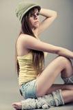 den härliga modellen poserar sidositting Royaltyfri Foto