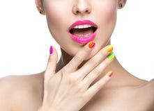 Den härliga modellflickan med ljus kulör makeup och spikar polermedel i sommarbilden Härlig le flicka Den färgade kortslutningen  arkivbilder