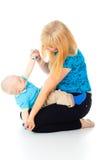 Den härliga modern som leker med henne, behandla som ett barn arkivfoto