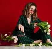 Den härliga mogna kvinnablomsterhandlaren förbereder buketten av vita tulpanblommor för 8 beröm för marsch eller kvinnas dag fotografering för bildbyråer
