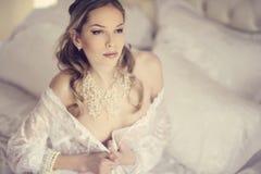Den härliga näcka sexiga damen i elegant poserar Arkivbild